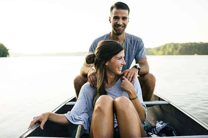 Der Mann und die Frau im Boot lachen
