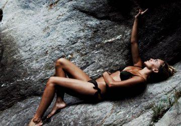 Frau im Bikini auf Stein liegend