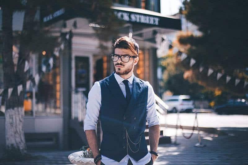 Ein Mann mit Brille in einem modernen Kleiderschrank