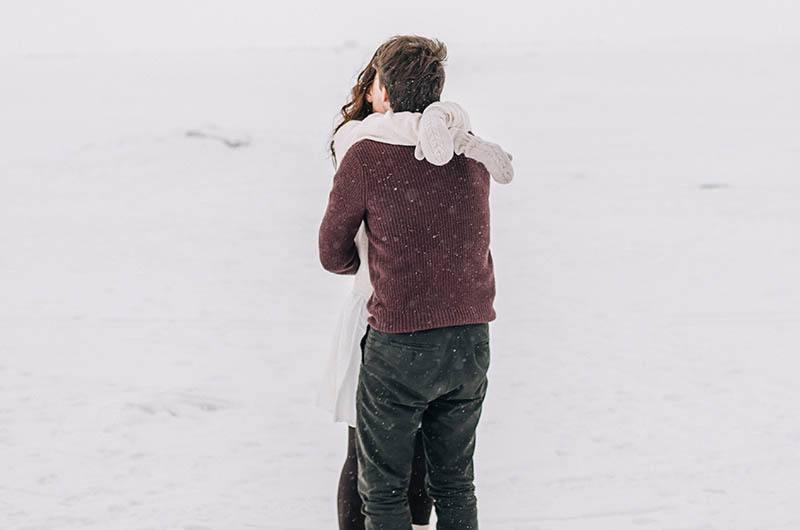 Ein Mann und eine Frau umarmen sich und küssen sich