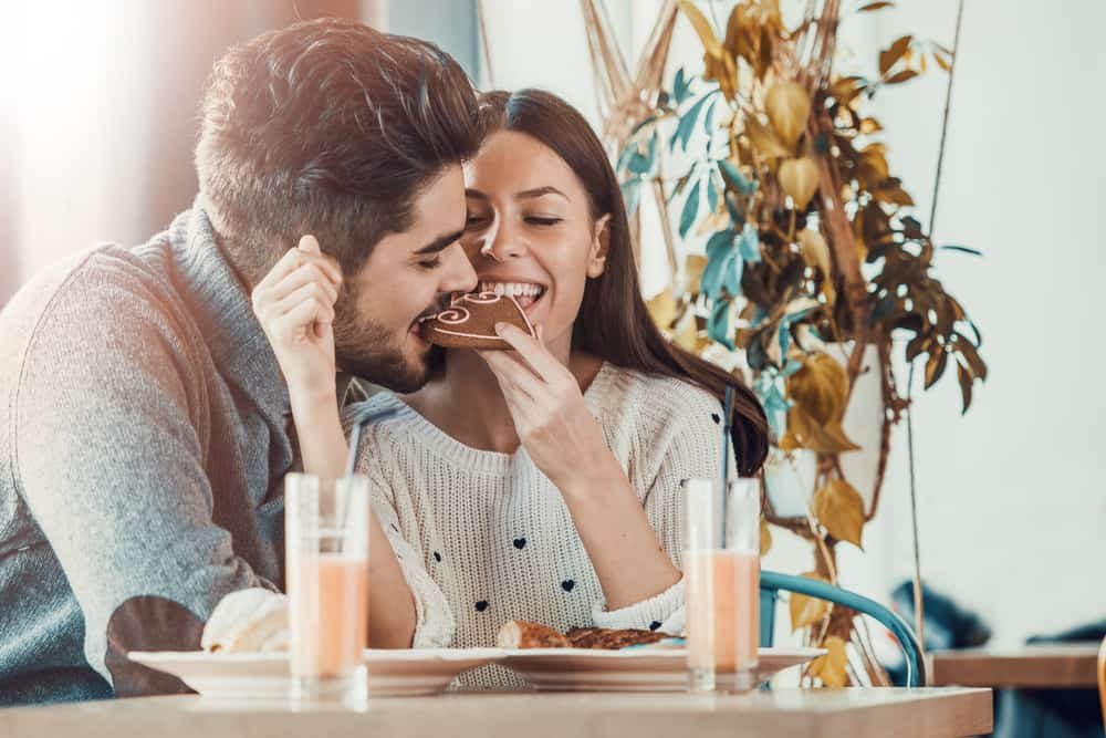 Ein Mann und seine Frau essen einen herzförmigen Kuchen