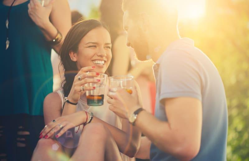 Ein Paar flirtet bei einem Drink