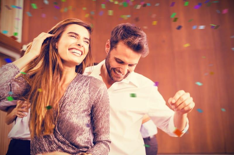 Ein verspieltes Paar tanzt zur Musik