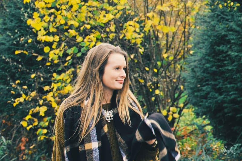 Frau, die nahe grünem und gelbem Laubbaum steht
