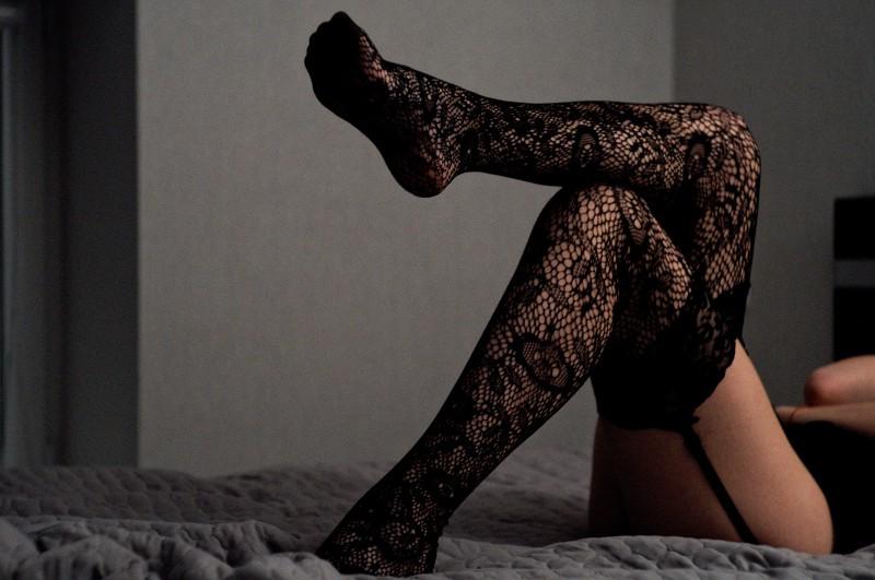 Frau mit sexy Unterwäsche auf dem Bett