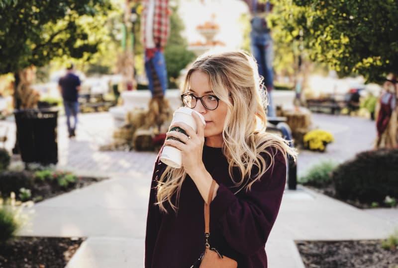 Frau trinkt auf weißer Tasse(1)