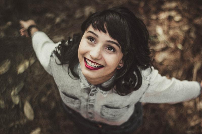 Frauen, die graue Jeansjacke Nahaufnahmefotografie tragen