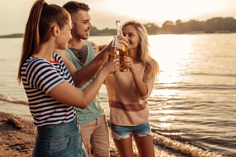 Freunde jubeln mit Bier