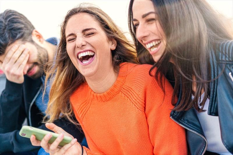 Gruppe von Freunden lächelnd