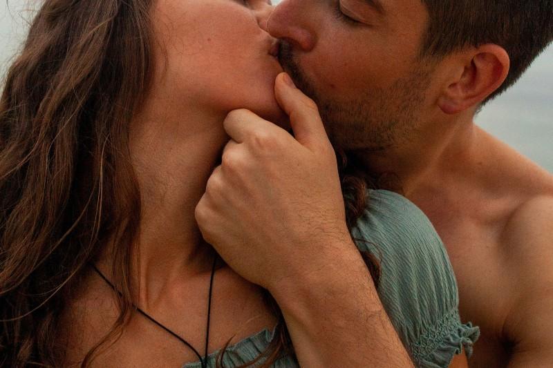 Mann küsst Frau Wange