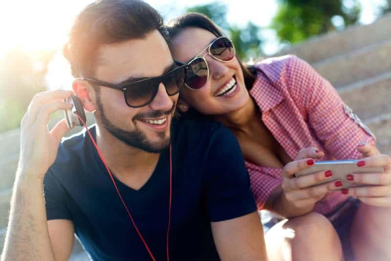 Mann und Frau hören Musik