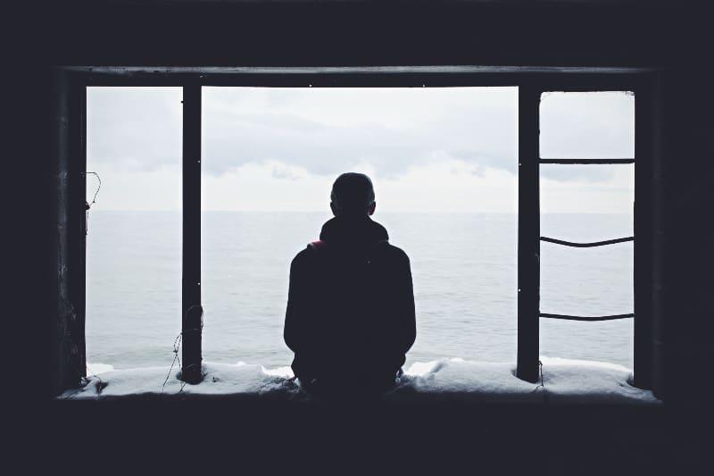Person, die durch Fenster schaut