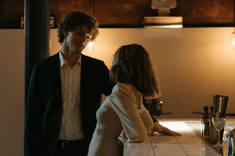 der Flirt eines Mannes und einer Frau an einer Bar