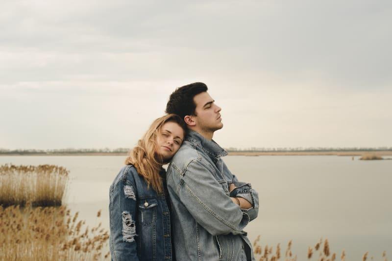 ein Paar am See stehen