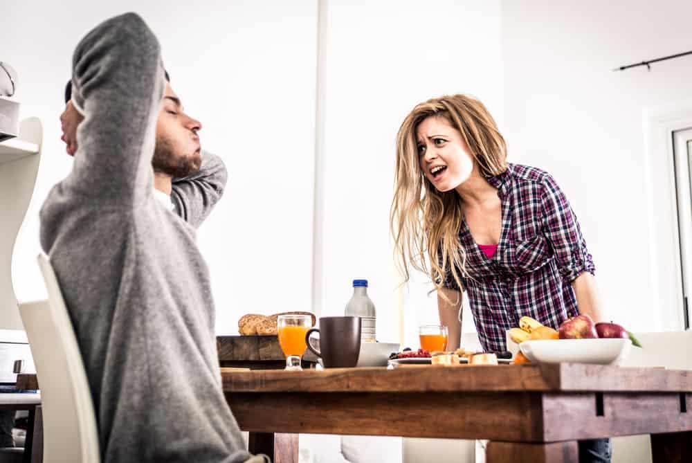 ein liebendes Paar, das in der Küche streitet