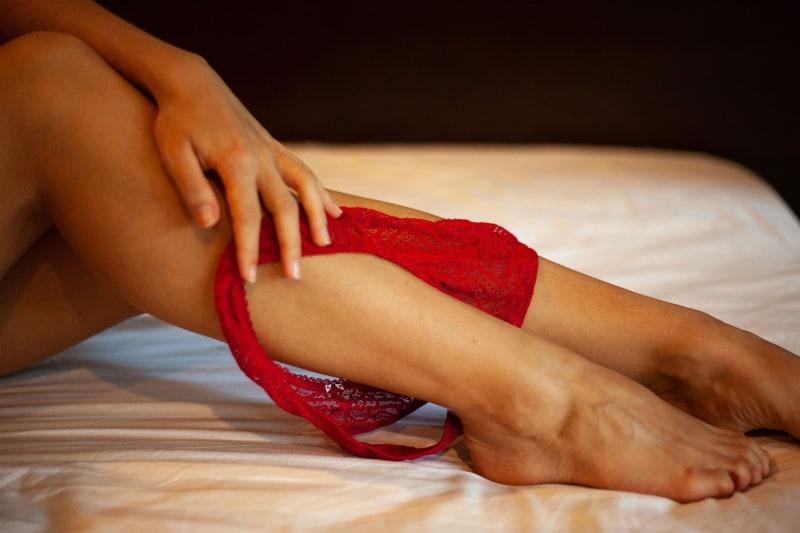 eine Frau, die ihre Unterwäsche auszieht