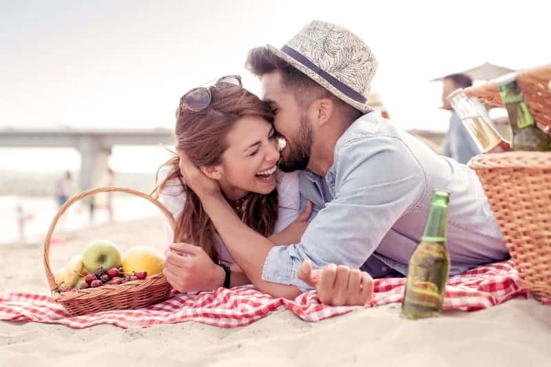 glückliches Paar beim Picknick