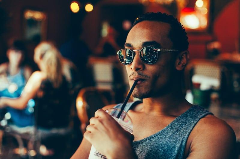 gutaussehender Mann, der Saft trinkt