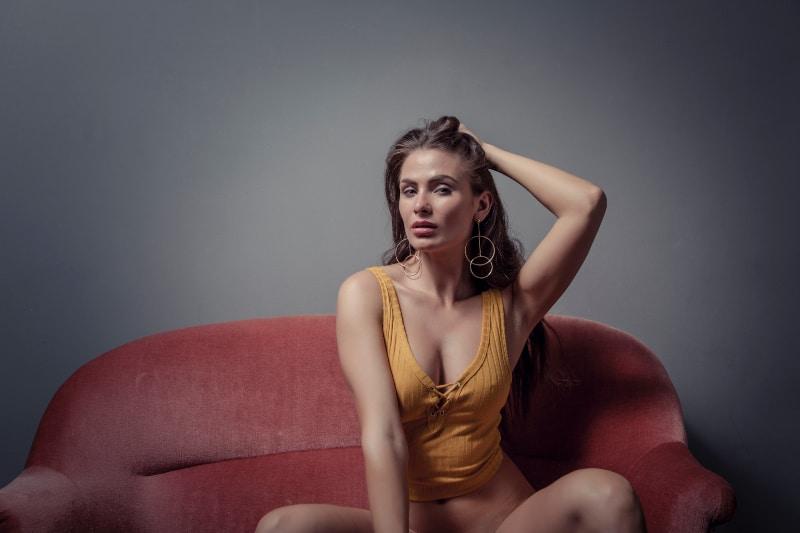 heiße Frau sitzt auf der Couch