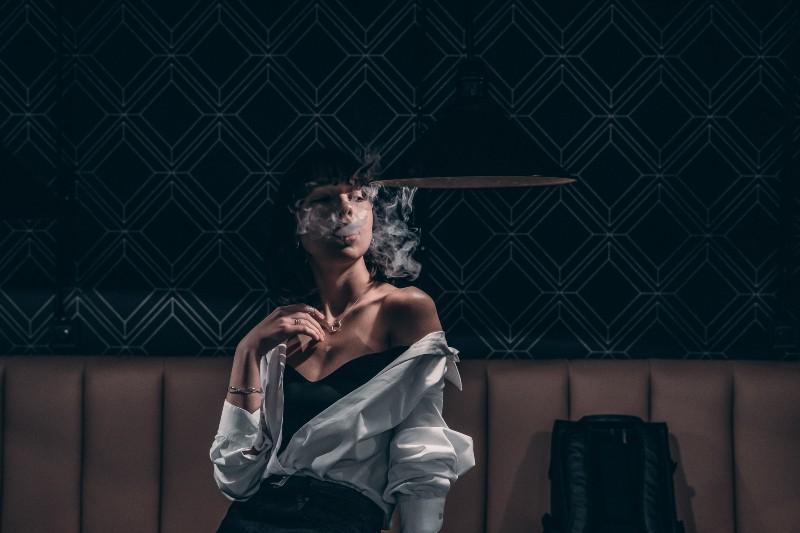 sexy Frau raucht