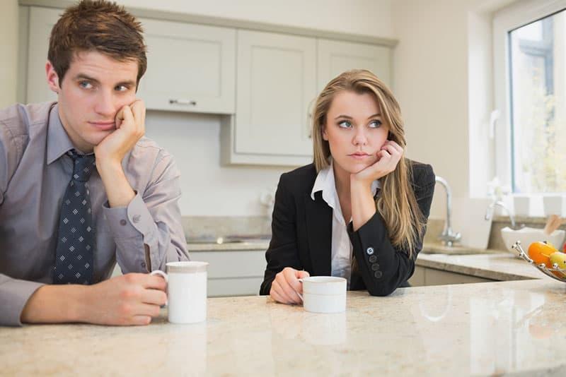 unglückliches Paar, das Kaffee in der Küche trinkt