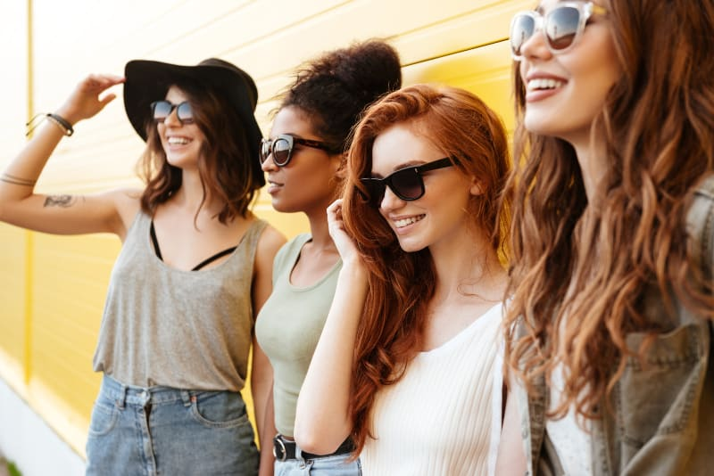 vier junge glückliche Frau