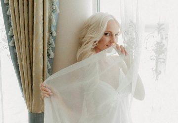 attraktive Blondine hinter dem Vorhang