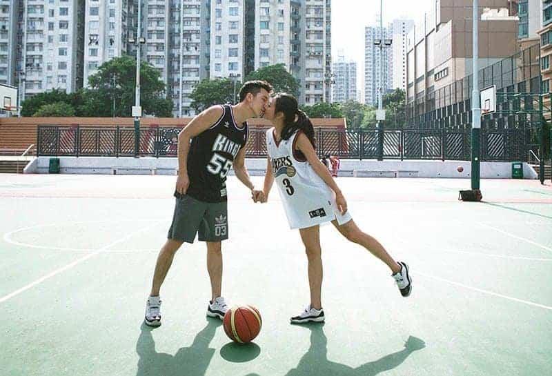 Auf dem Basketballplatz küsst sich ein liebendes Paar