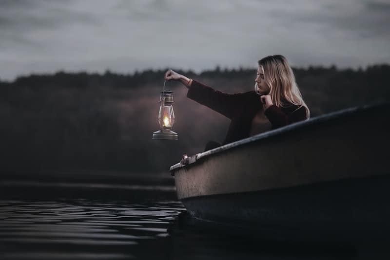 Blondine in einer Nacht Bootsfahrt