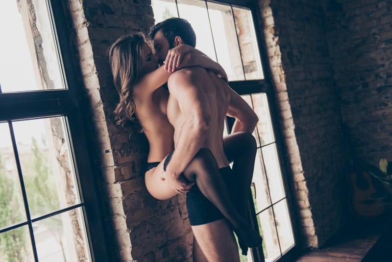 Brünette Sex mit bärtigen Kerl