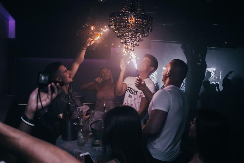 Die Jungs im Club am hängenden Tisch zünden die Sprinkler an
