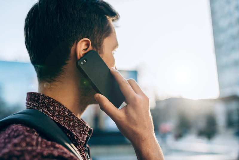 Ein Mann telefoniert(1)