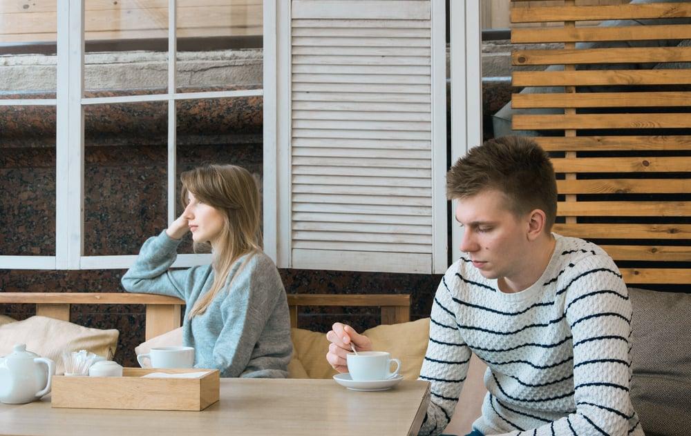 Ein Mann und eine Frau sitzen an einem Tisch und trinken Kaffee