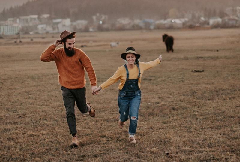 Ein Paar, das Spaß auf dem Feld hat