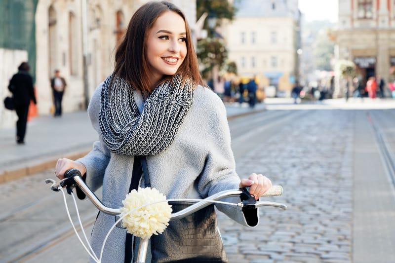 Ein lächelndes Mädchen fährt Fahrrad