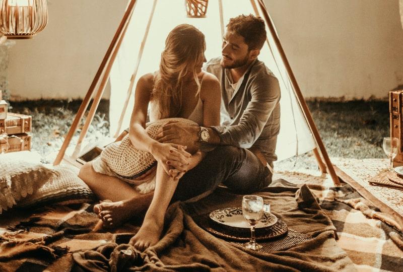 Ein romantischer Abend eines jungen Mannes und eines Mädchens in einem Zelt