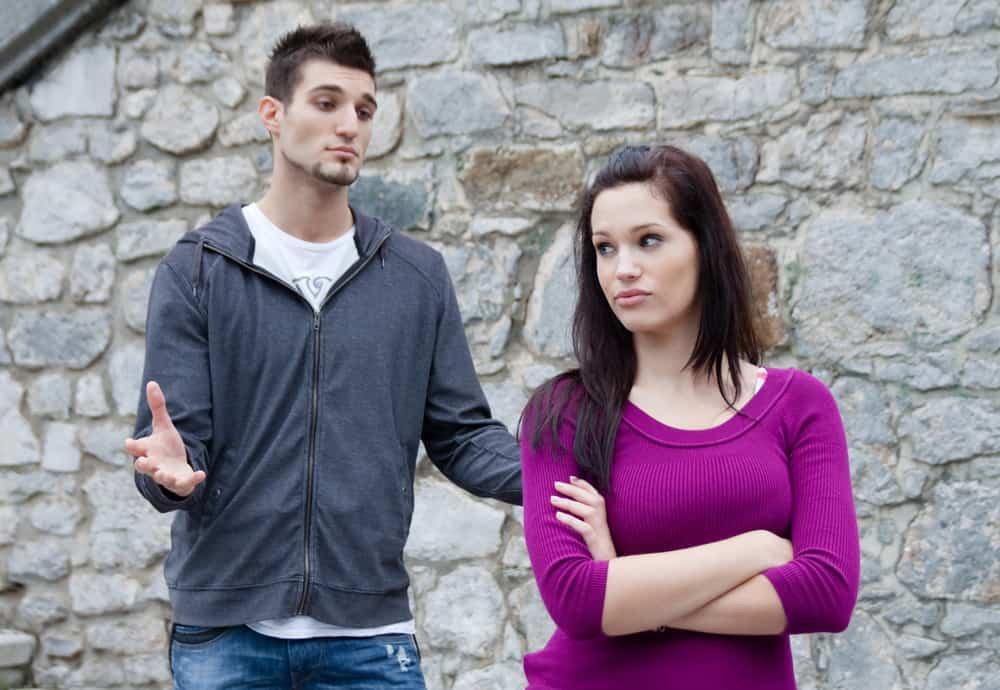 Eine Frau ignoriert einen Mann, der ihr etwas sagt