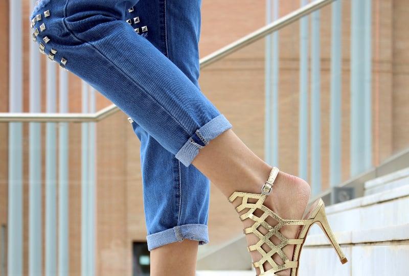 Mädchen in Jeanshosen