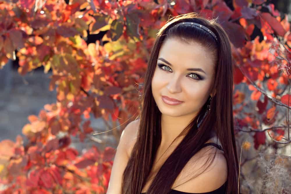 Porträt eines schönen Mädchens im Park