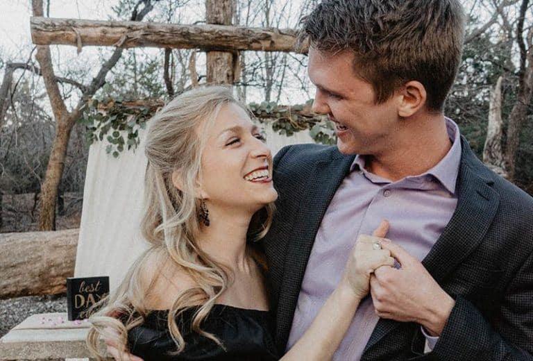 glückliches umarmendes Paar