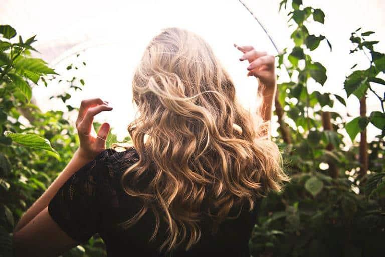ein Mädchen, das schöne blonde Haare hat