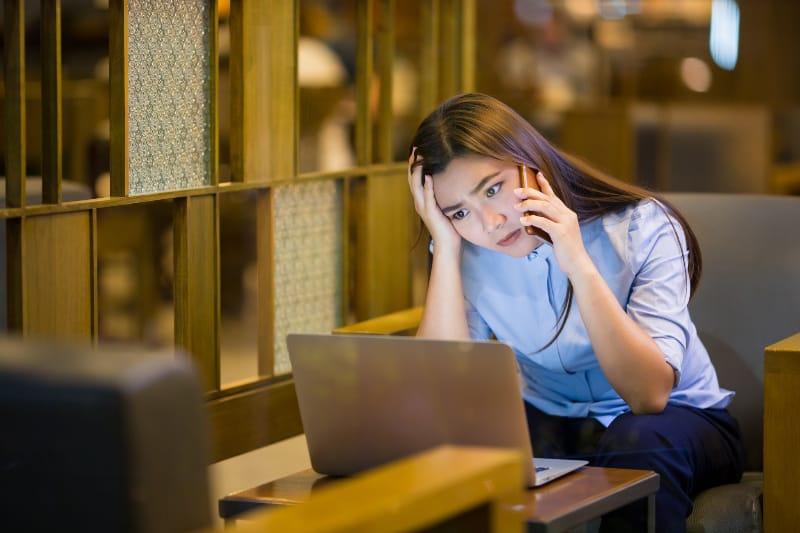 ein Mädchen, das um Mitternacht einen Arbeitskollegen anruft