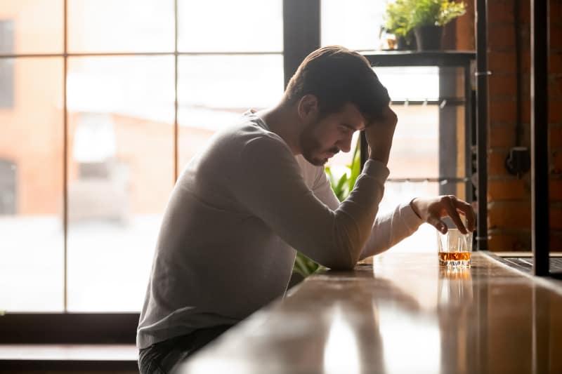 ein Mann, der trauert