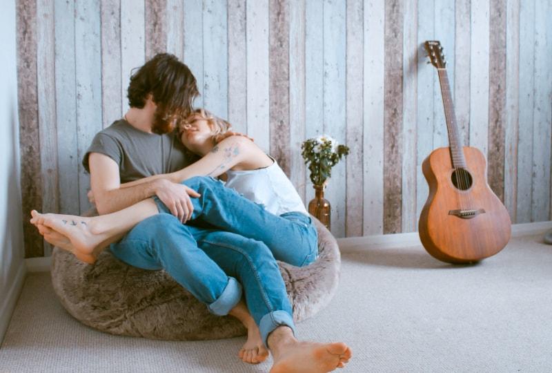 ein Paar, das eine Umarmung genießt