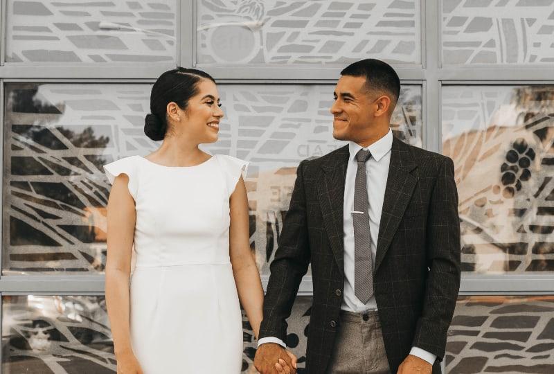 ein Paar, das neben einer Glaswand steht