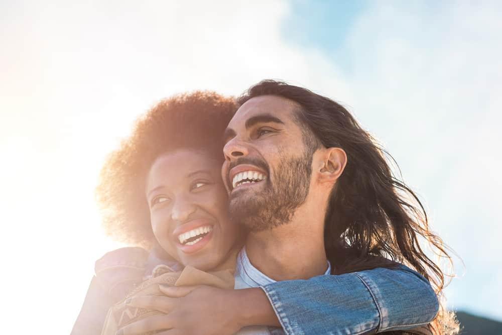 ein Porträt eines lächelnden Liebespaares in einer Umarmung