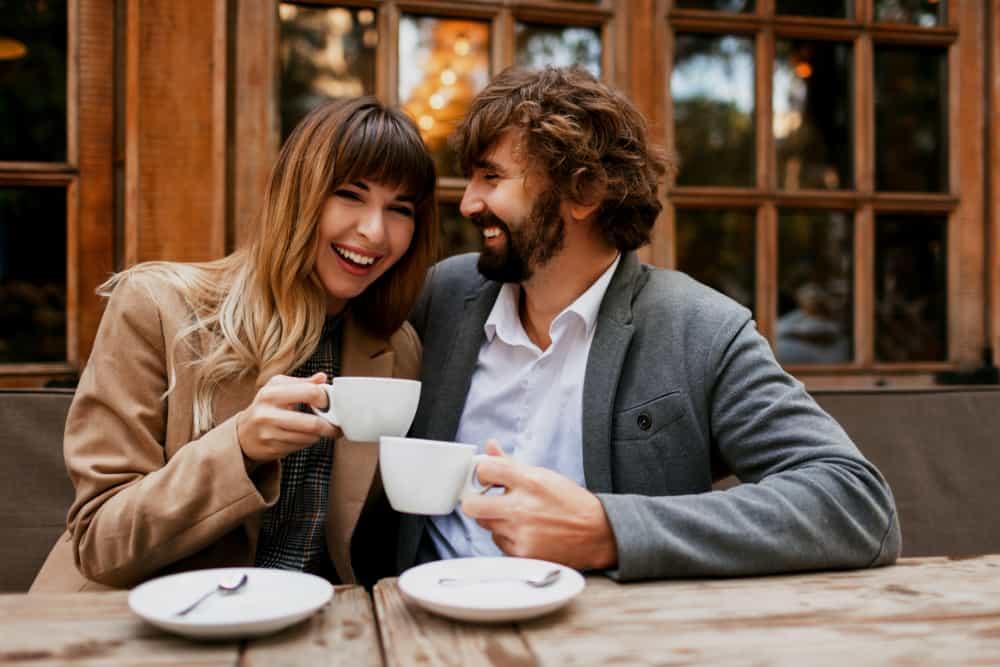 ein lächelndes Paar in einem Café, das Kaffee trinkt