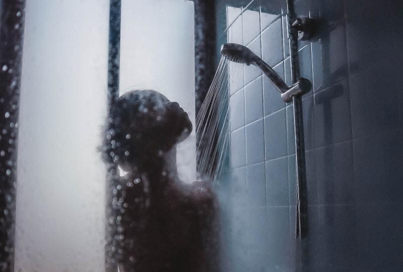 eine Frau in der Dusche