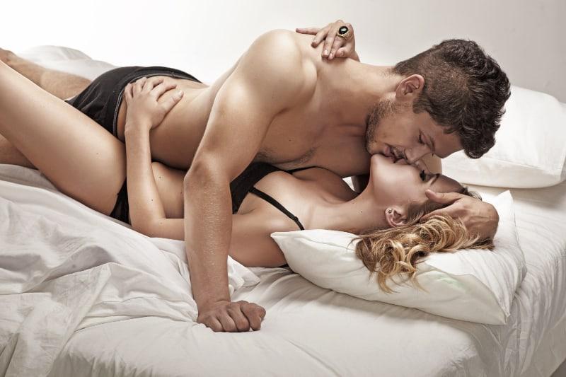 schöne leidenschaftliche Blondine, die Sex mit Mann hat
