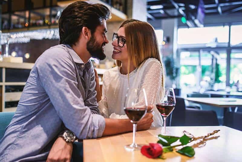 schönes Paar, das im Café nahe beieinander sitzt